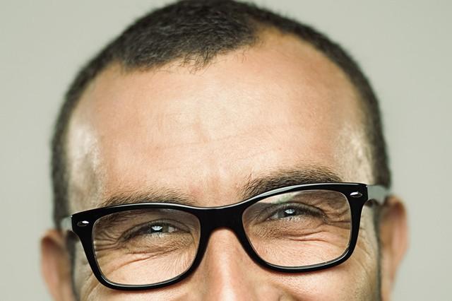 Khi bước sang tuổi 40, bạn sẽ cần đeo kính khi đọc sách vì mắc chứng viễn thị. Ảnh: Getty Images