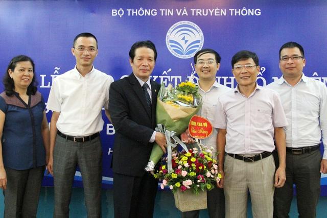 Lãnh đạo Cục PT-TT và TTĐT cùng lãnh đạo các đơn vị chúc mừng Thứ trưởng Hoàng Vĩnh Bảo