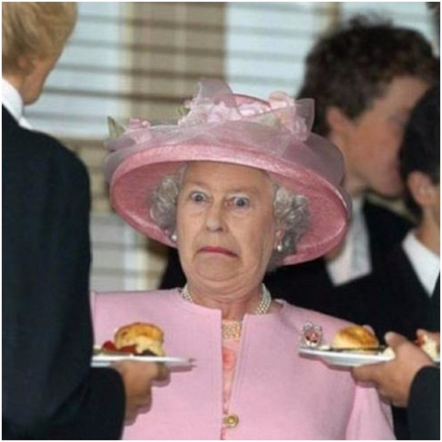 Nữ hoàng Anh Elizabeth đã có biểu hiện cảm xúc rất khó hiểu khi được dâng thức ăn đến tận nơi.