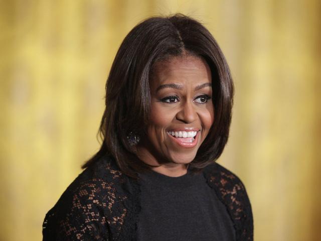 """2. Michelle Obama tốt nghiệp tiến sĩ ngành luật năm 1988, từng là luật sư ở Chicago. Trở thành đệ nhất phu nhân người Mỹ gốc Phi đầu tiên trong lịch sử Hoa Kỳ, Michelle luôn hết mình đấu tranh vì nền y tế và giáo dục. Bà luôn mong muốn thế hệ trẻ của nước Mỹ tiến lên phía trước và đứng đầu chiến dịch """"Let's move!"""" thúc đẩy ăn uống dinh dưỡng, phòng chống lạm dụng trẻ em."""