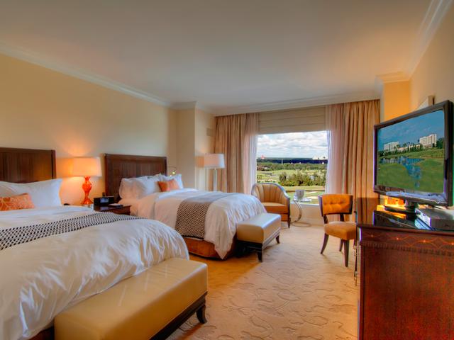 Waldorf Astoria, Orlando: Chỉ cần vài phút di chuyển từ Disney World, Waldorf Astoria, Orlando (Mỹ) chắc chắn khiến nhiều du khách mê mệt. Gồm 12 nhà hàng và 2 quầy bar bên bể bơi, cùng vô vàn món ngon hấp dẫn, khách sạn sang chảnh này còn có 3 hồ bơi ngoài trời, trung tâm thể dục, các câu lạc bộ cho trẻ em, và một sân golf rộng.