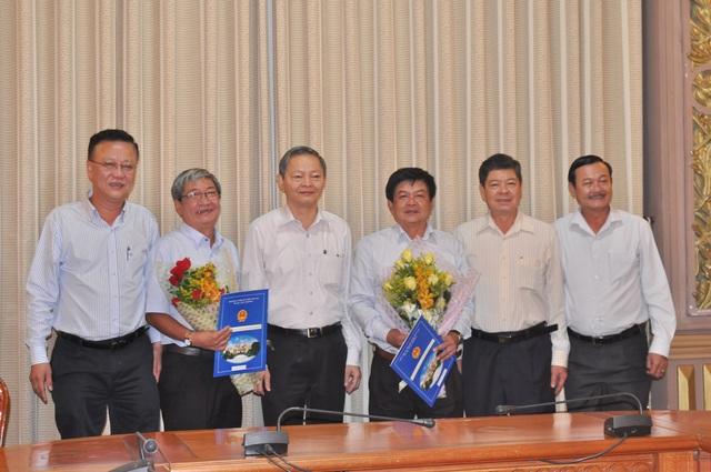Phó Chủ tịch UBND TP Lê Văn Khoa (thứ ba từ trái sang) trao quyết định nghỉ hưu cho ông Nguyễn Hoài Nam và ông Phạm Minh Trí.