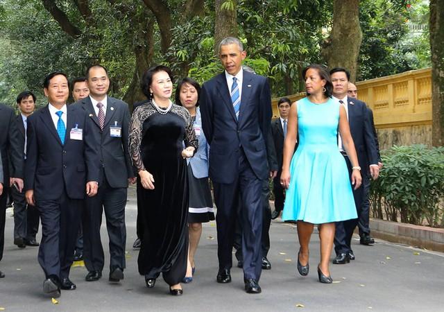 Bộ áo dài không quá cầu kỳ, rườm rà được bà Nguyễn Thị Kim Ngân mặc trong cuộc gặp gỡ, trò chuyện với Tổng thống Obama cũng để lại ấn tượng.