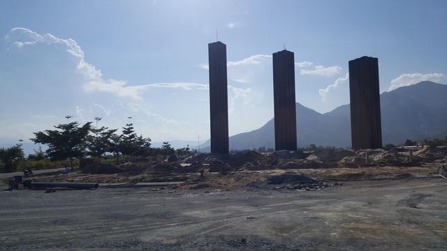 Cổng chào một dự án khu dân cư đang được xây dựng, nằm cách sân bay khoảng 1,5km