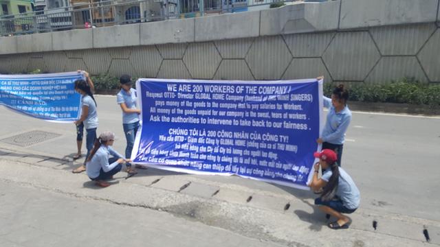 Công nhân đội nắng căng băng rôn kêu gọi vợ chồng Thu Minh trả nợ