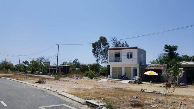 Kết thúc giai đoạn 1, dự án triển khai 1,15km/3,5km tường bao, 1 khu tái định cư hơn 1 ha trên địa bàn Quảng Nam. Nhưng chỉ có 2 hộ dân được bố trí ở dưới dạng định cư tại chỗ, trên 100 hộ khác khu vực đất trên vị trí đường bao được kiểm đếm, áp giá đến bù nhưng thiếu tiền chi trả.