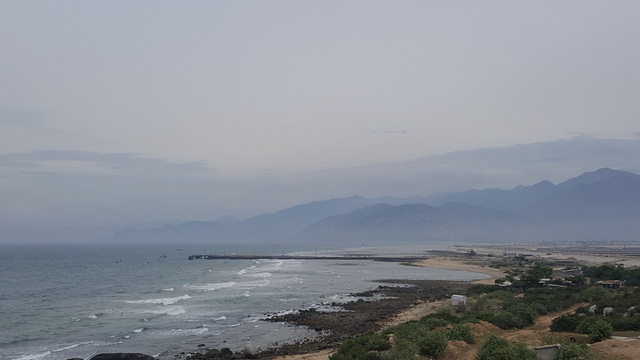 Bãi biển ở đây còn khá hoang sơ