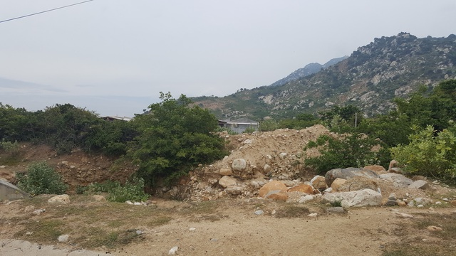 Cuộc sống tại Cà Ná của người dân khá khó khăn do đất không thể canh tác được, nước thì nhiễm mặn nên khó khăn nước sinh soạt, tưới tiêu
