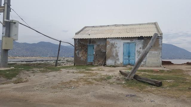 Một ngôi nhà trước đây dùng làm canh đìa tôm, nhưng do mất mùa người dân đã bỏ nhà đi nơi khác sinh sống