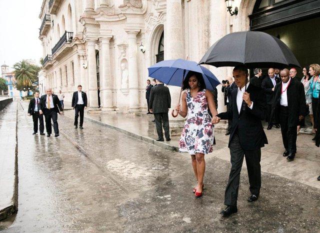 Tổng thống Barack Obama và phu nhân đi bộ đến xe hộ tống sau chuyến thăm Old Havana, Cuba, ngày 20 tháng 3 năm 2016.