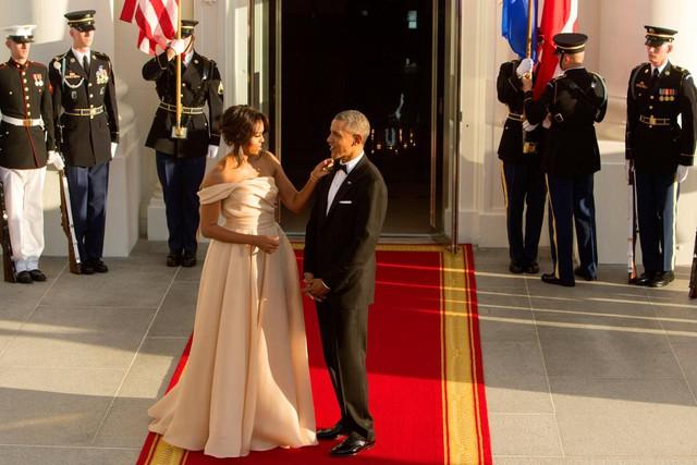 Cặp đôi quyền lực dành cho nhau cử chỉ tình cảm trong khi chờ đợi sự xuất hiện của khách mời khi tham gia Hội nghị thượng đỉnh các nhà lãnh đạo Bắc Âu tại Nhà Trắng, Washington vào ngày 13 tháng 5 năm 2016.