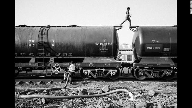 Chuyến tàu vận chuyển nước từ Meraj, Ấn Độ.