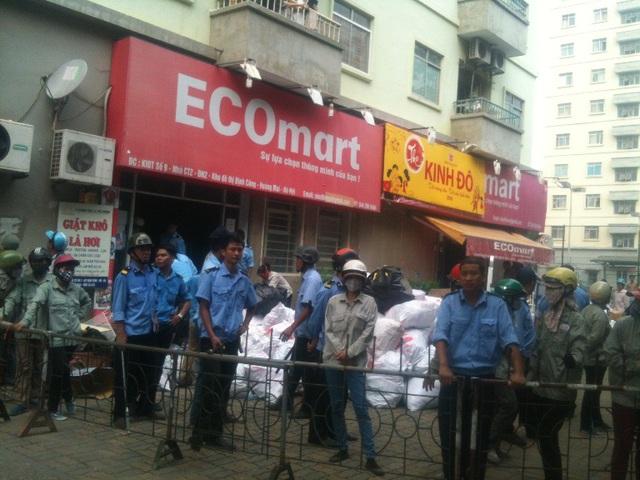 Hàng chục bảo vệ của HUDS được huy động để bốc dỡ hàng hóa của siêu thị mang đi nơi khác nhằm thu hồi ki ốt.