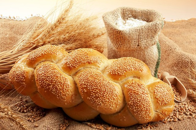 Bạn có thể tận dụng bánh mì để giúp hàm răng mình trở nên trắng bóng. Ảnh: healthplus