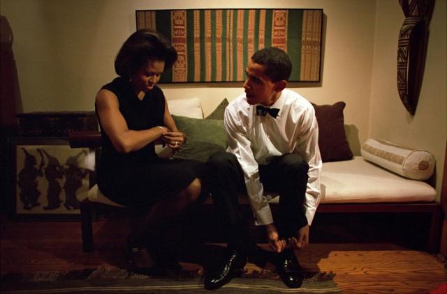 Michelle và Barack Obama sẵn sàng cho các bài phát biểu tại Câu lạc bộ Kinh tế Chicago tại nhà của họ ngày 8 tháng 12 năm 2004.