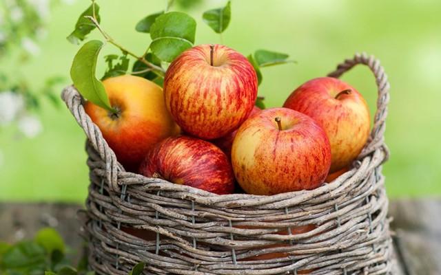 Axit trong táo sẽ giúp cải thiện hàm răng xỉn màu. Ảnh: vanvat.