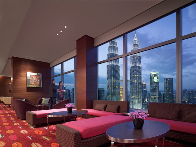 """Traders Hotel, Kuala Lumpur: Kiểu dáng đẹp, hiện đại, được thiết kế hoàn hảo, Traders Hotel, Kuala Lumpur làm mê đắm thị giác du khách, đây thực sự là nơi sang trọng để dừng chân tại thủ đô của Malaysia. Với view đẹp, du khách có thể tha hồ vừa thưởng cà phê, thịt rán hoặc thịt nướng thượng hạng, vừa phóng tầm mắt ra xa và """"thu trọn"""" khung cảnh đẹp nhất của thành phố."""