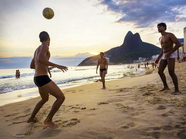 Người dân tại đây có thói quen thường xuyên chơi bóng đá trên bãi biển.