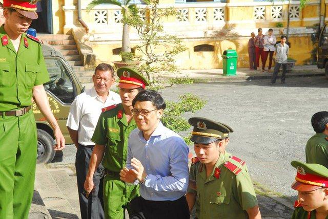 Phan Thành Mai bắt gặp người quen trên đường vào phòng xử