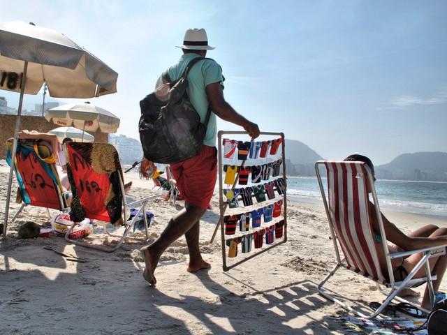 Những người bán rong thường đi dọc các bãi biển của Rio, họ buôn bán nhiều mặt hàng, từ bia, đồ ăn nhẹ, mũ, quần áo.