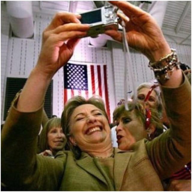 Cũng giống như những người phụ nữ thích làm đẹp khác, bà Hillary Clinton, nữ ứng viên tổng thống Mỹ, cũng thích chụp ảnh selfie để lưu lại khoảnh khắc quý giá.