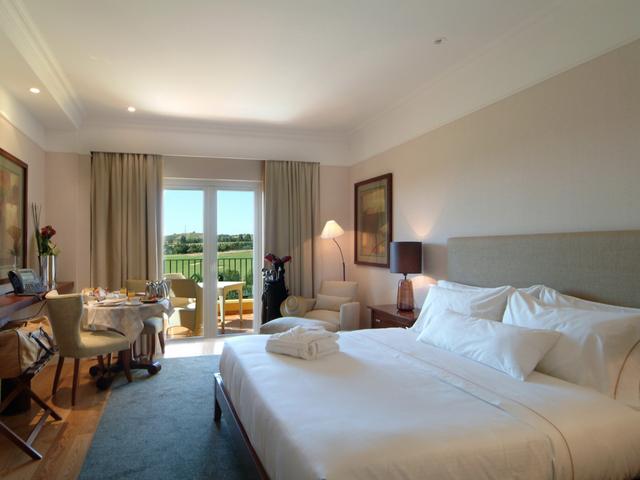 Dolce CampoReal Lisbon là điểm dừng chân lý tưởng cho một chuyến thăm đến Bồ Đào Nha. Khách sạn có tầm nhìn bao quát các sân golf bên dưới, cùng 3 nhà hàng độc đáo - bao gồm một quầy rượu, hầm rượu yên tĩnh, mang lại những trải nghiệm ẩm thực khó quên cho du khách.