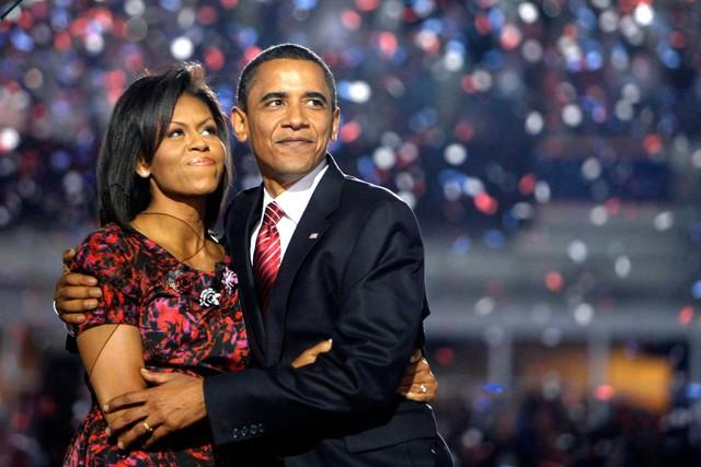 Vẫn cái ôm tình cảm ấy, Barack Obama dành cho vợ sau bài phát biểu của mình tại Hội nghị Quốc gia Dân chủ tại Invesco Field, Mile High, Denver, 28 tháng 8 năm 2008.