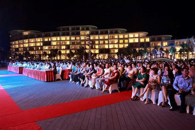 Hơn 1.000 đại biểu, du khách, nhà đầu tư và người dân địa phương đã tham dự Lễ khánh thành được tổ chức trong khuôn viên bể bơi trước khách sạn FLC Luxury Hotel Quy Nhơn.