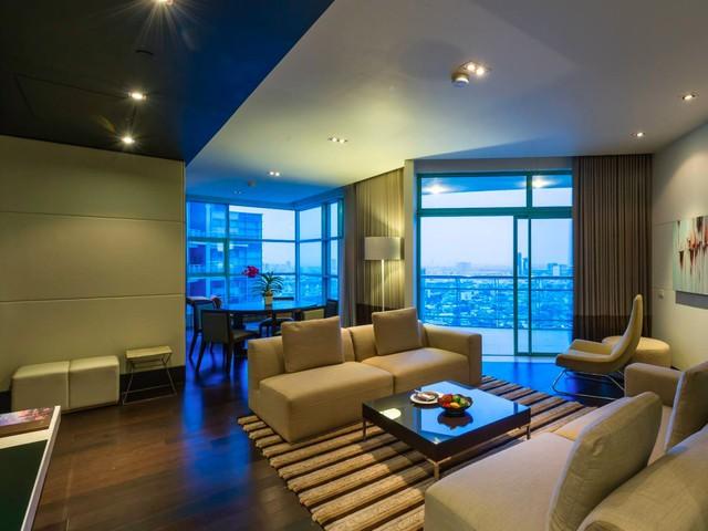 Chatrium Hotel, Bangkok: Thả mình bên dòng sông Chao Phraya ở Bangkok, Thái Lan, Chatrium Hotel khiến bất kỳ du khách nào cũng cảm thấy bị mê hoặc và rung cảm bởi văn hóa và nét đặc trưng riêng thành phố với phong cảnh biển tuyệt đẹp, tiện nghi sang trọng với 5 nhà hàng khác nhau (bao gồm cả một xà lan trên sông), spa đầy đủ dịch vụ và hồ bơi ngoài trời cùng quầy bar, và sân chơi cho trẻ em.