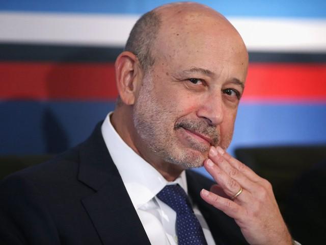"""7. Tốt nghiệp cử nhân năm 1975 và lấy bằng tiến sĩ Luật năm 1978 tại đại học Harvard, Blankfein bước vào """"thế giới tài chính"""" với điểm xuất phát là một công ty nhỏ có tên là J. Aron, sau này được mua lại bởi Goldman Sachs. Hiện, Blankfein là CEO kiêm chủ tịch của một trong những định chế tài chính hùng mạnh nhất thế giới với tài sản 938 tỷ USD. Ông đứng số 27 trong danh sách những người quyền lực nhất thế giới - theo Forbes."""