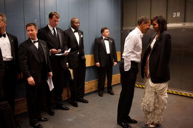 """Barack Obama và Michelle Obama dành cho nhau những cử chỉ """"ngọt lịm"""" trong thang máy vận chuyển tại Tiệc nhậm chức, Washington, ngày 20 tháng 1 năm 2009."""