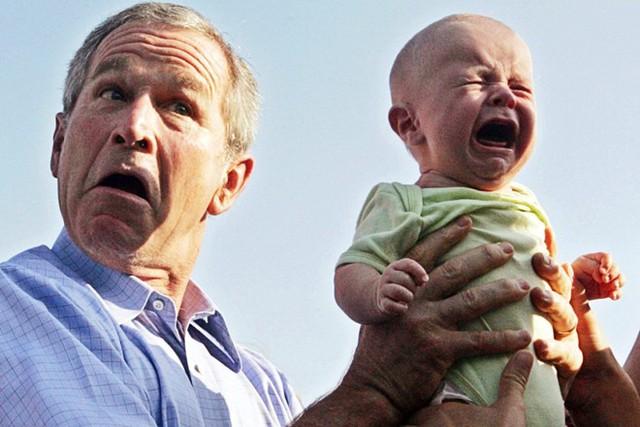 Biểu cảm khó đỡ của cựu Tổng thống Mỹ George Bush khi được trao tay một em bé khó tính.