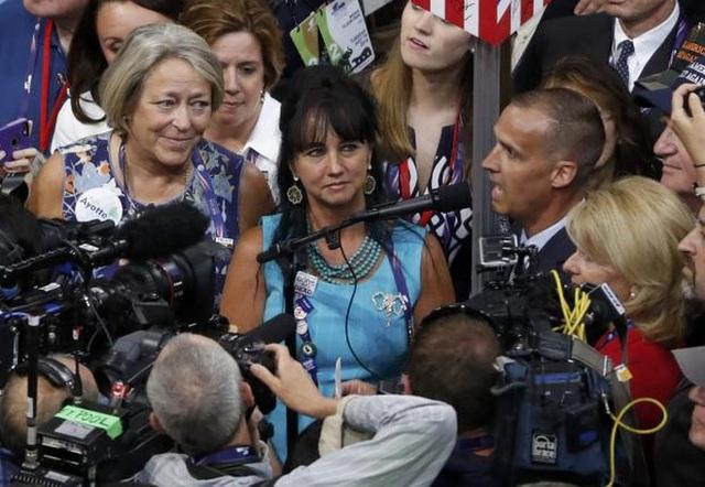 Bà Corey Lewandowski, người từng là nhà quản lý vận động tranh cử của Trump, bày tỏ sự ủng hộ dành cho sếp cũ - Ảnh: Reuters.</p></div><div></div></div><p> </p><p>