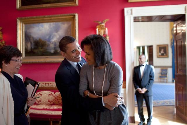 Barack Obama ôm Michelle Obama trong phòng Đỏ của Nhà Trắng trước khi tiếp nhận Hiệp hội báo chí xuất bản quốc gia, ngày 20 tháng 3 năm 2009.
