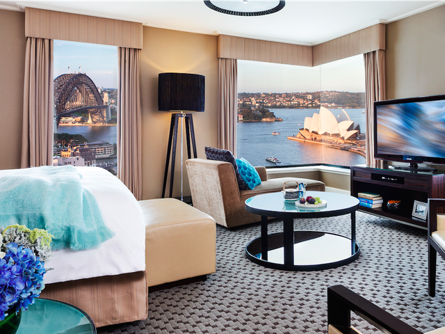 Four Seasons Hotel, Sydney là lựa chọn tuyệt vời để trải nghiệm đích đến nhiều người ao ước mang tên nước Úc. Nằm ở trung tâm của thành phố, view đẹp hướng thẳng ra Nhà hát Opera Sydney và Cầu Cảng Sydney. Ngoài ra, khách sạn có tiện nghi sang trọng, một salon tóc và spa, cùng nhiều dịch vụ khác.
