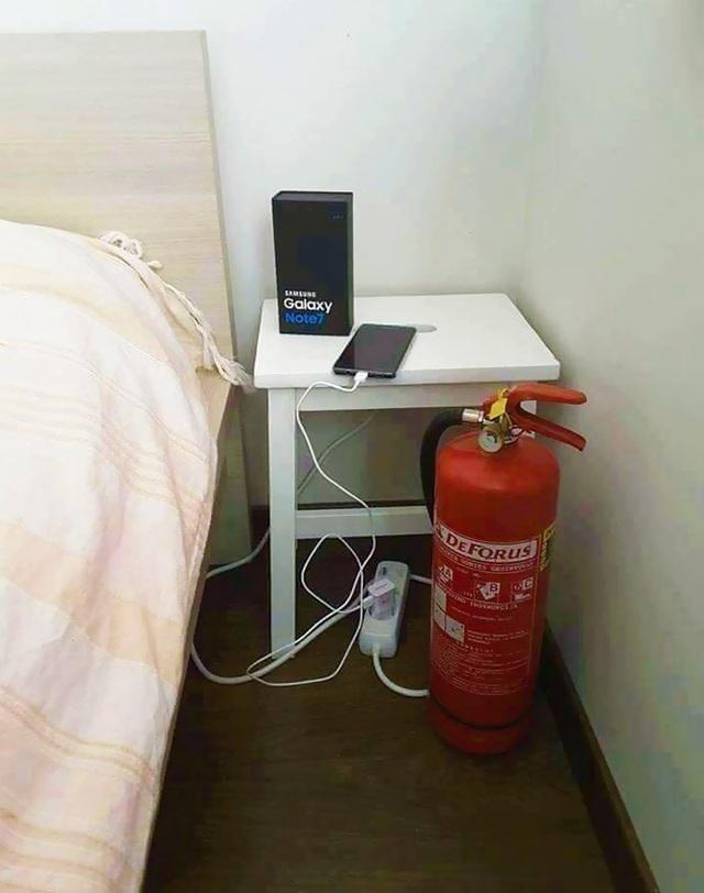 Người dùng Note 7 nên trang bị thêm bình cứu hỏa khi cắm sạc.