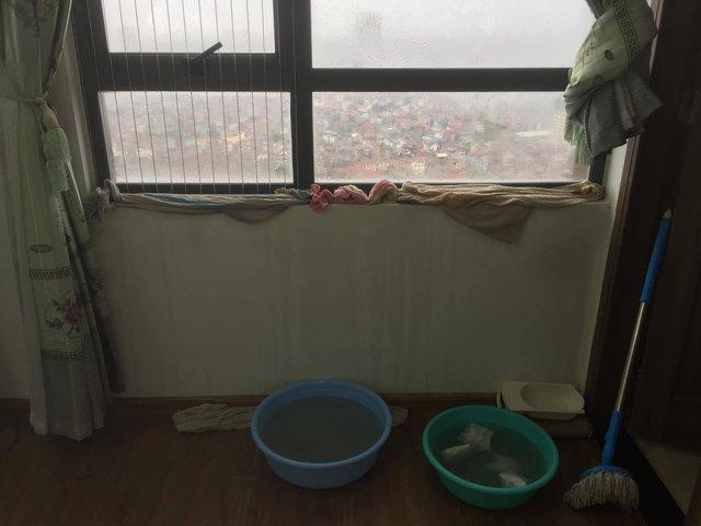 Những biện pháp ngăn nước vào nhà của dân chung cư trong cơn mua bão.