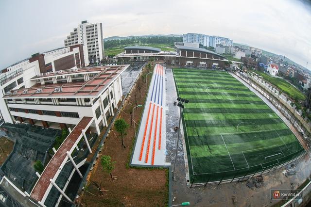 Sân bóng đá được đầu tư theo tiêu chuẩn FIFA.