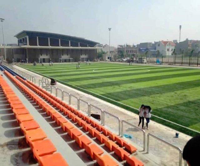 Sân bóng đá hiện đại, các dãy ghế được thế kế rất thông thoáng, theo hai tông màu chủ đạo xanh và cam.