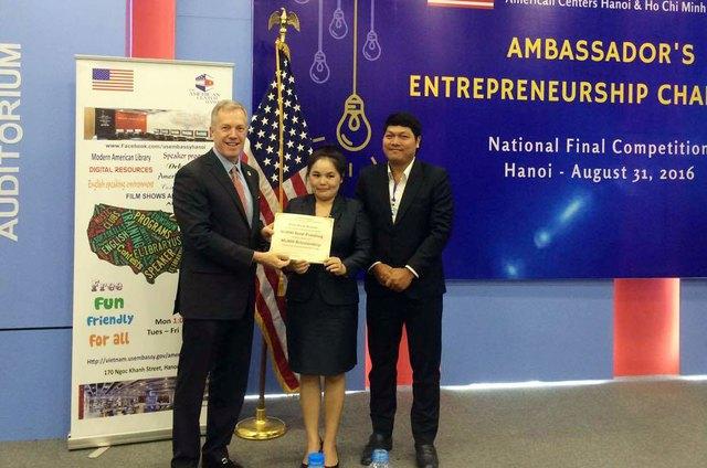 Đại sứ Ted Osius trao giải nhất cho vợ chồng startup Việt. Ảnh: Linh Anh
