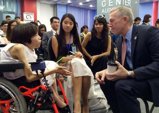 Đại sứ Ted Osius nói chuyện cùng đội ART4L, những người mong muốn tạo ra sự tự chủ cho người khuyết tật. Ảnh: Linh Anh