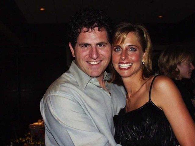'Năm 1988, Dell lần đầu gặp gỡ nhà thiết kế thời trang Susan Lieberman đến từ Dallas. Cả hai ngay lập tức có cảm tình với nhau. Đa số những người tôi từng hẹn hò nói về bản thân họ rất nhiều và luôn có gắng gây ấn tượng với tôi, Susan chia sẻ với tờ Texas Monthly. Anh ấy là người tốt nhất tôi từng gặp. Hai người kết hôn vào tháng 10/1989 và có 4 người con. Con trai Zack Dell của ông cũng nối nghiệp cha. Năm 2014, khi mới 17 tuổi, Zach đồng sáng lập Thread - một ứng dụng hẹn hò và nay là ứng dụng chia sẻ hình ảnh.'