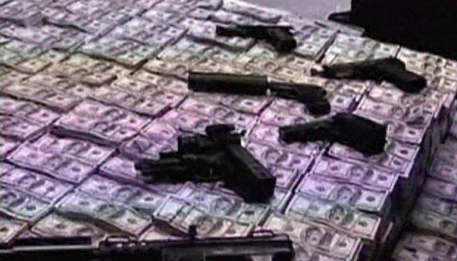 Lượng tiền khổng lồ và vũ khí được tìm thấy trong nhà của Zhenli tại Mexico. Gần 10 năm sau khi bị bắt giữ, trường hợp của Zhenli tiếp tục nóng lên khi y có thể bị dẫn độ về Mexico để chịu sự trừng phạt. Theo luật sư của Zhenli, vụ dẫn độ có thể xảy ra vào tuần tới, kết thúc nhiều năm tranh đấu để được thụ án trong nhà tù Mỹ. Ảnh: Reuters
