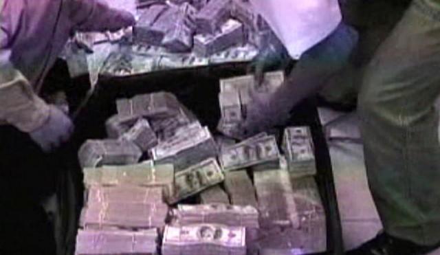 Cảnh sát tịch thu số tiền khổng lồ trong nhà doanh nhân người Mexico gốc Trung Quốc. Nếu bị dẫn độ về Mexico, Zhenli sẽ phải đối mặt với các tội danh buôn bán ma tuý và rửa tiền. Luật sư của Zhenli từng bày tỏ quan ngại thân chủ của ông sẽ bị bạo hành trong nhà giam ở Mexico nhằm ngăn chính phủ Mỹ dẫn độ nghi can này. Ảnh: Reuters