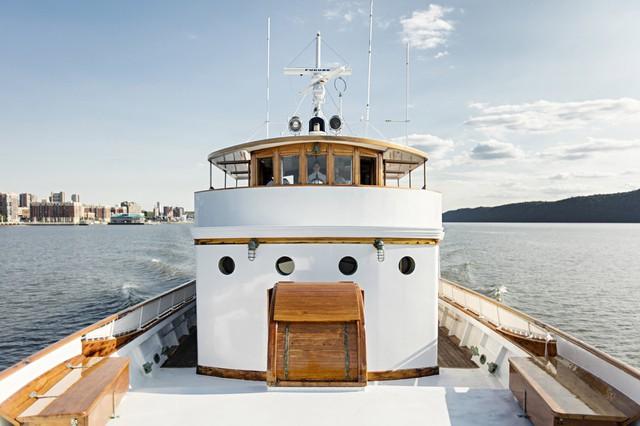 Còn gì tuyệt vời hơn khi được lao ra biển trên chiếc du thuyền sang chảnh, đậm chất vintage.
