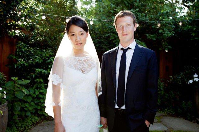 Một ngày sau IPO, Zuckerberg kết hôn với người bạn gái lâu năm Priscilla Chan, người con gái cậu gặp tại trường Harvard.