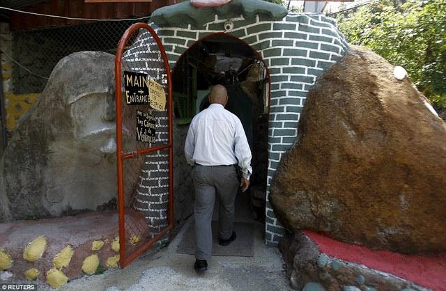 Lối vào ngôi nhà dưới lòng đất của Manuel Barrantes.