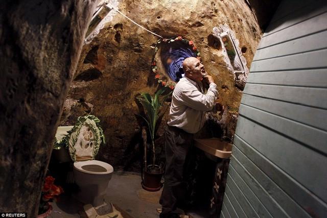 Chủ nhà anh Manuel Barrantes đang cạo râu trong phòng tắm nhà mình.