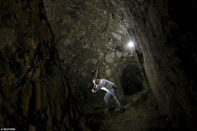 Để hoàn thành công trình này anh Barrantes chỉ dùng đến cuốc, xẻng và hiện tại anh vẫn đang tiếp tục mở rộng hang động của mình.