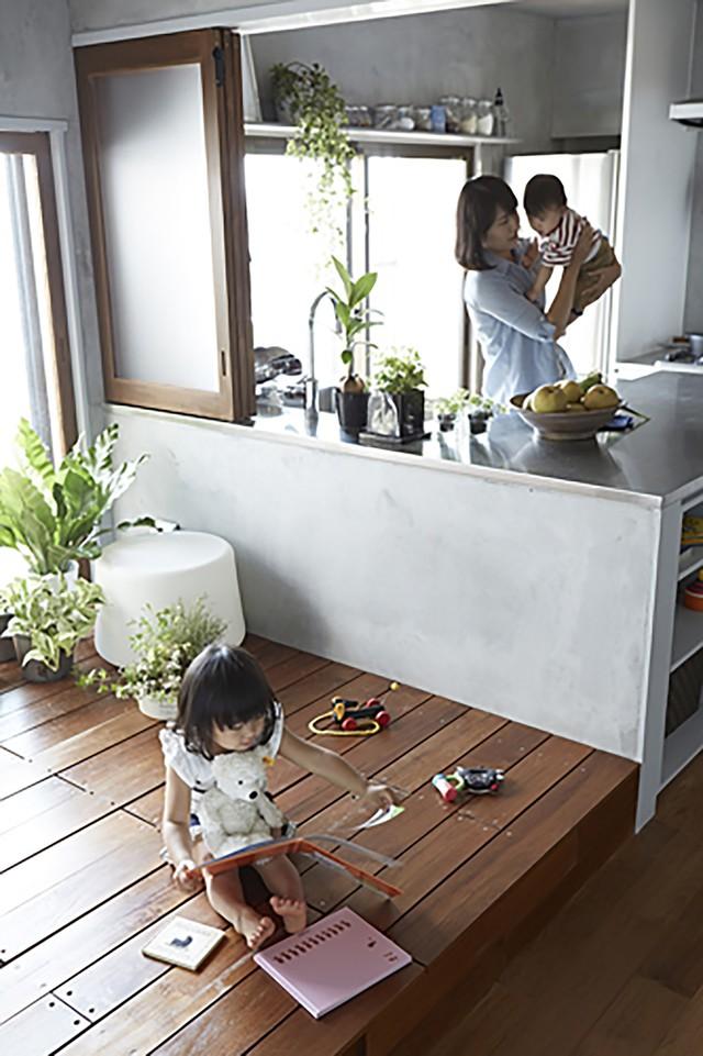 Với thiết kế thông minh này giúp cha mẹ và các con nhỏ có thể gần gũi với nhau hơn. Mẹ vừa có thể nấu ăn vừa giám sát được con chơi đùa.